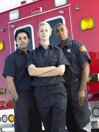 Portrait von Sanitäter standing in front of einen Krankenwagen