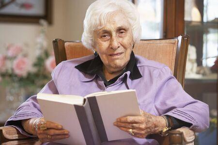 mujer leyendo libro: Libro de lectura de mujer Senior Foto de archivo