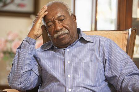 persona deprimida: Superior hombre que relajaba en el sill�n