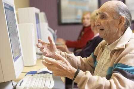 80s adult: Hombre Senior utilizando equipo  Foto de archivo