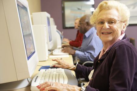 senior ordinateur: Senior femme utilise un ordinateur Banque d'images