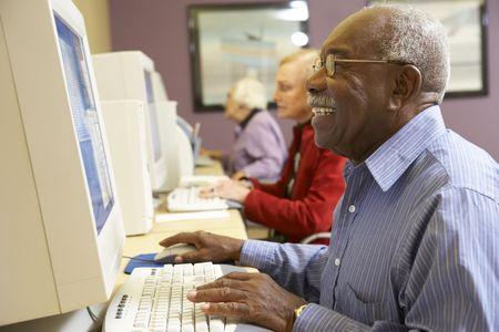 senior ordinateur: Senior homme qui utilise l'ordinateur Banque d'images