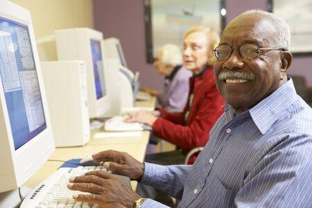 usando computadora: Senior hombre usando la computadora