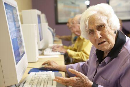 confused person: Mujer Senior utilizando equipo