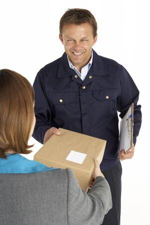 Correo de la entrega de un paquete a un empleado de oficina Foto de archivo - 4638355