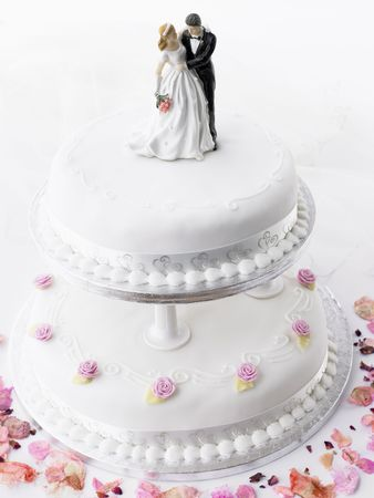 wedding cake: Wedding Cake With Bride And Groom Figurines