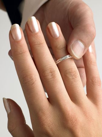 verlobung: Man Putting Diamond Ring am Finger Woman's