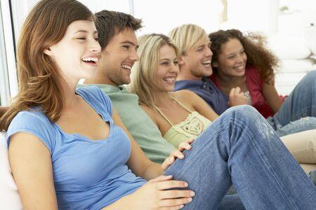 socializando: Junto amigos a ver la televisi�n Foto de archivo