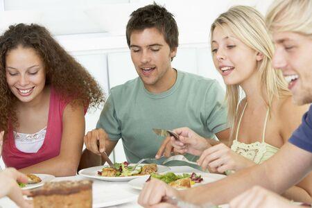 hombre comiendo: Amigos de almorzar juntos en casa