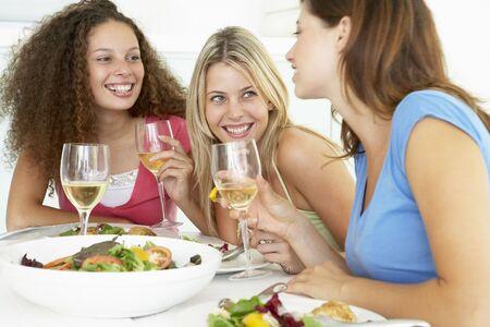 socializando: Habiendo amigos Almuerzo en casa Foto de archivo