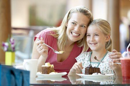 Madre e hija almorzando juntos en el Mall