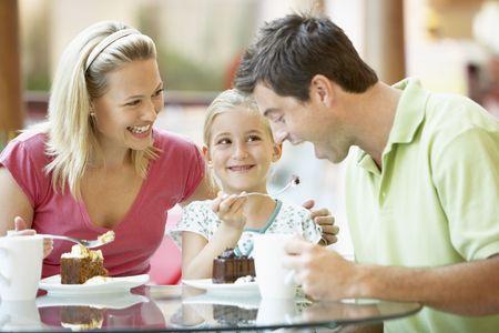 Después de almuerzo la familia juntos en el Mall