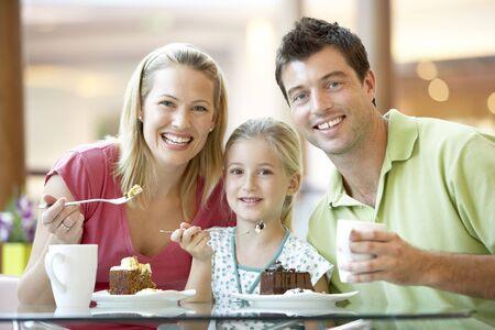 familia comiendo: Después de almuerzo la familia juntos en el Mall Foto de archivo