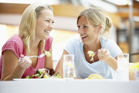 lunchen: Vrouwelijke vrienden na lunch together At The Mall
