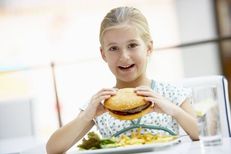 meisje eten: Meisje eet Lunch in een cafe