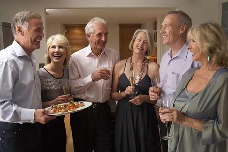 socializando: Hombre hors d'oeuvres Servir a sus invitados en una fiesta