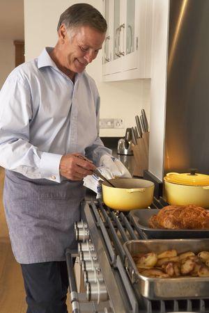 hombre cocinando: El hombre en el hogar de Cocina
