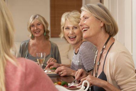 socializando: Amigos en una cena Foto de archivo