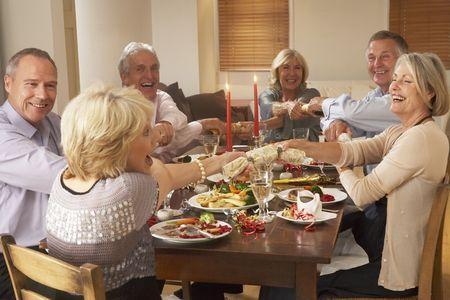 festive occasions: Galletas de Navidad tira amigos en una cena Foto de archivo