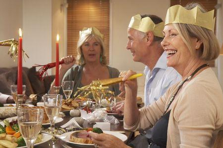 comida de navidad: El uso de sombreros Parte amigos en una cena
