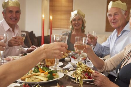 personas celebrando: El uso de sombreros Parte amigos en una cena