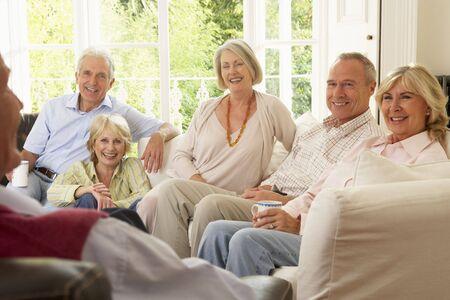 socializando: Socializar amigos en el hogar