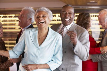 socializando: Parejas bailando juntos en una discoteca
