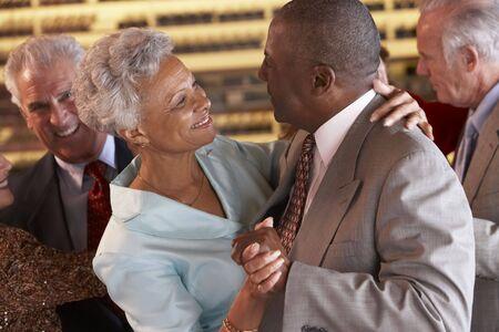 mujeres ancianas: Parejas bailando juntos en una discoteca