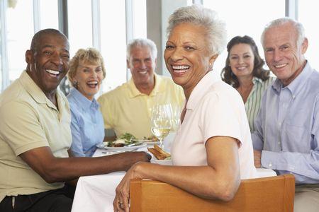 mujeres mayores: Despu�s de Almuerzo Junto amigos en un restaurante