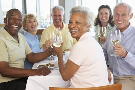 Freunde nach Mittagessen in einem Restaurant