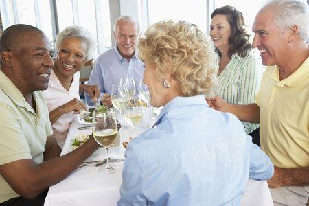 Después de Almuerzo Junto amigos en un restaurante