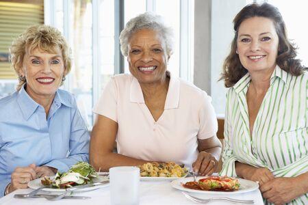 Freunde nach Mittagessen in einem Restaurant Standard-Bild