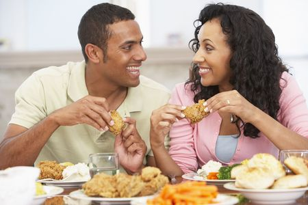 hombre comiendo: Habiendo joven Almuerzo en casa