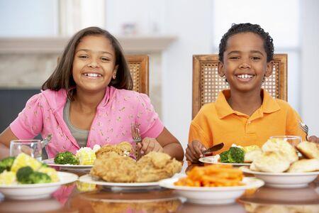 ni�os comiendo: Hermano y hermana de almorzar juntos en el hogar