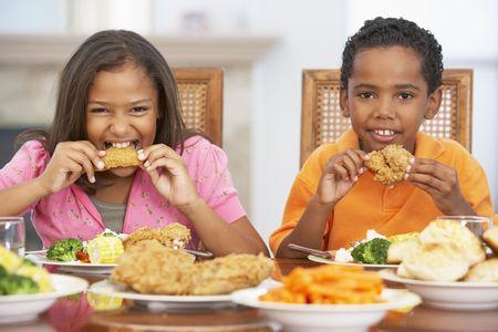 pollo frito: Hermano y hermana de almorzar juntos en el hogar