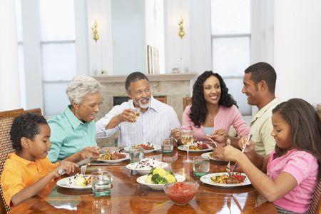 Ayant famille un repas à la maison
