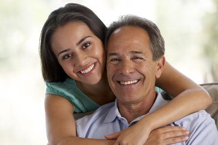 pere et fille: P�re et fille ensemble � la maison Banque d'images