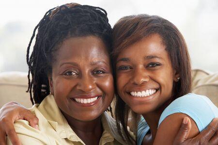 madre e hija: Mujer Con Su hija adolescente