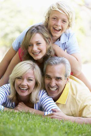adolescentes riendo: Familia Situada encima de otra, en un parque