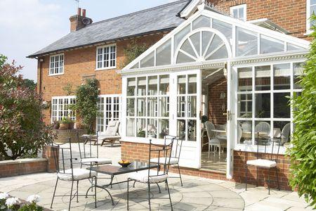 wintergarten: Au�enansicht des Hauses mit Wintergarten und Terrasse