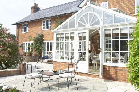 Exterieur van Huis met Conservatorium en patio Stockfoto