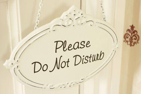 hacer: No molestar cartel que cuelga de la puerta Foto de archivo