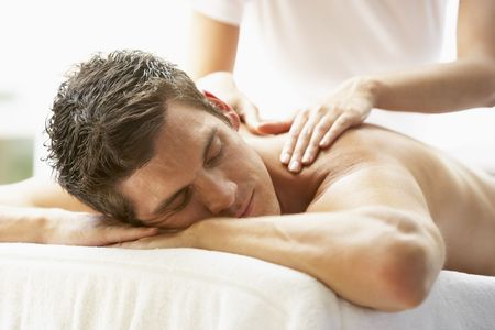 massaggio: Young Man Enjoying Massaggi a Spa Archivio Fotografico