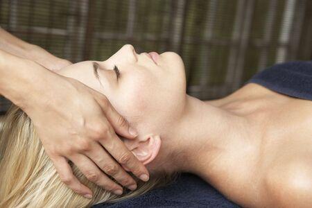 massage homme: Jeune femme de d�tente sur table de massage