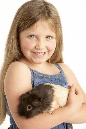 świnka morska: Młoda dziewczyna Holding Pet Guinea Pig