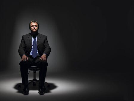 Biznesmen siedząc w Spotlight