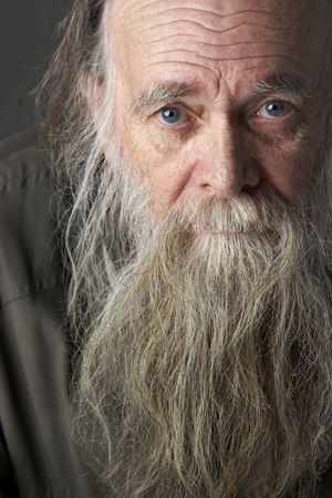 clochard: Senior uomo con lunghi Beard