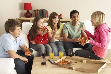 ni�os comiendo: Grupo de ni�os comer pizza en el hogar