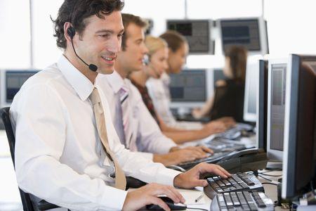 주식 거래자는 컴퓨터에서 일하고