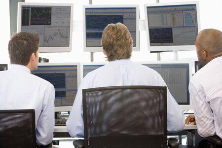 agente comercial: Comerciantes stock Viendo Monitores